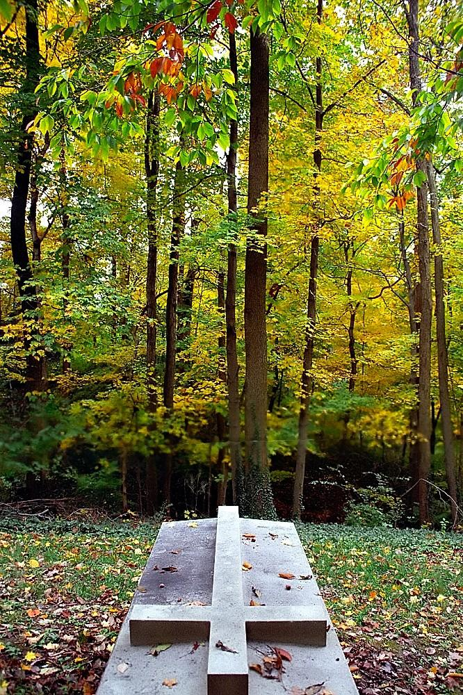 Deuil et solidarité, pierre tombale