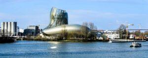 La Cité du vin à Bordeaux, labellisée Tourisme et handicap pour les 4 familles de handicap.