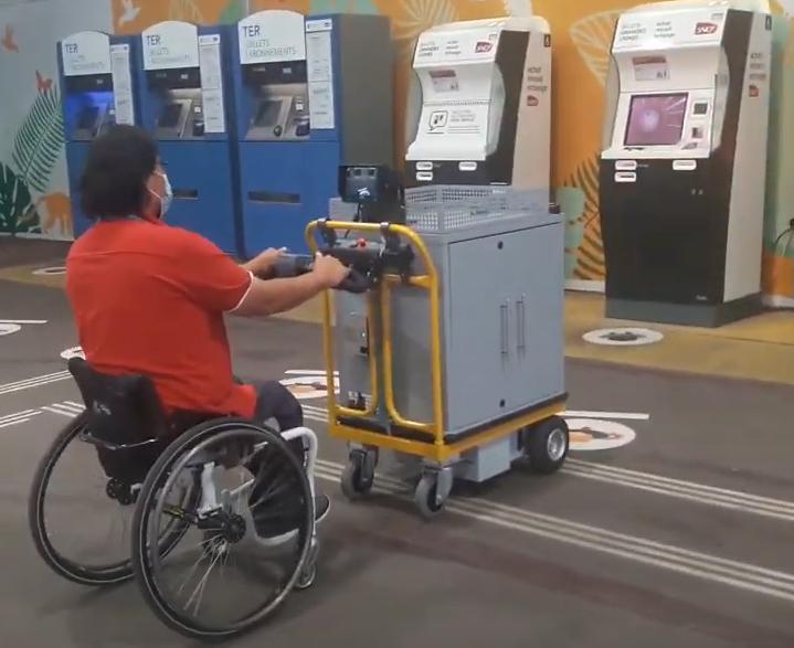 Un chariot électrique adapté aux fauteuils pour compenser le handicap